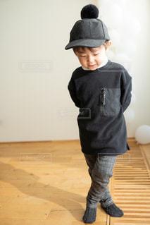 子ども,1人,ファッション,風景,黒,帽子,子供,人物,オシャレ,人,幼児,少年,コーディネート,コーデ,ブラック,黒コーデ,ブラックカラー