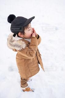 雪の中に立っている小さな男の子の写真・画像素材[2862629]