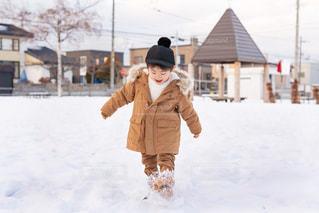 雪の中に立っている人の写真・画像素材[2862628]