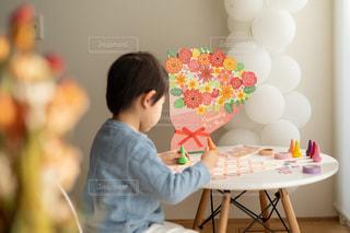 ママへの寄せ書きを作る子供の写真・画像素材[2881774]