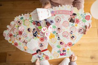 子供が母親にフラワーブーケ色紙を手渡している場面の写真・画像素材[2884764]
