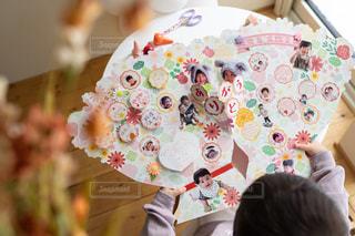 完成したフラワーブーケ色紙を眺める子供の写真・画像素材[2884772]