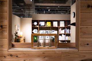 木製のキャビネットと窓付きのキッチンの写真・画像素材[2892182]