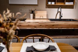 木製のキャビネットとテーブル付きのキッチンの写真・画像素材[2892177]
