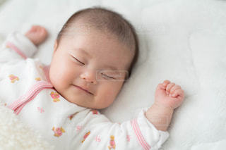 赤ん坊を抱いた手の写真・画像素材[2911754]
