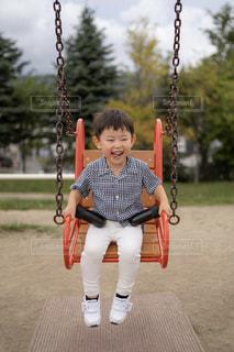 ブランコの少年の写真・画像素材[2911802]