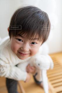 テーブルの上に座っている小さな子供の写真・画像素材[2915877]