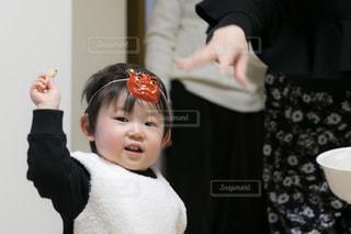 赤ん坊を抱いている人の写真・画像素材[2924135]