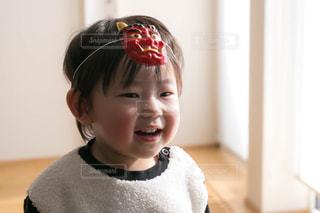カメラに向かって微笑む小さな子供の写真・画像素材[2924136]