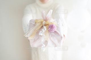 花で満たされた白い花瓶の写真・画像素材[2987847]