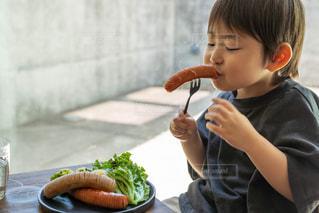 食べ物を食べている小さな男の子の写真・画像素材[3269477]