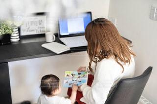 机に座っている女性の写真・画像素材[3277401]