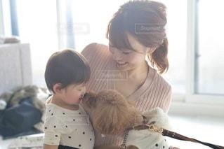赤ん坊を抱いている女性の写真・画像素材[3365981]