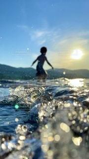 水の体にサーフボードに乗っている人の写真・画像素材[3606027]