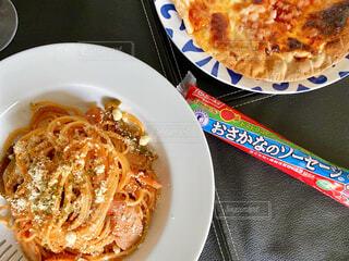 皿の上に食べ物のボウルの写真・画像素材[3773631]