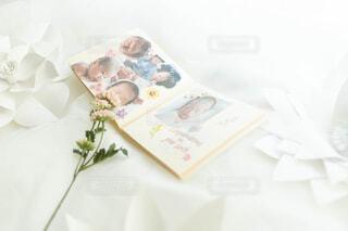 テーブルの上の紙の写真・画像素材[4326503]