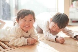 テーブルの上に座っている小さな子供の写真・画像素材[4656949]