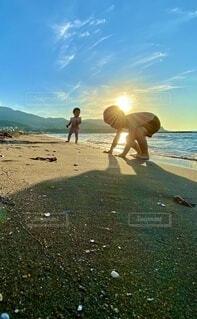砂浜の上に立つ人々のグループの写真・画像素材[4656952]