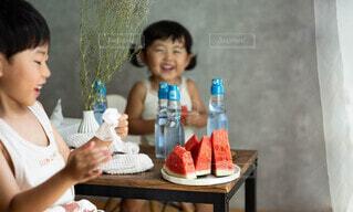 テーブルに座っている小さな女の子の写真・画像素材[4702145]