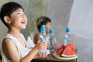 ワインのボトルを持っている女性の写真・画像素材[4702144]