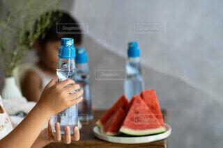 カップから飲む人の写真・画像素材[4702143]