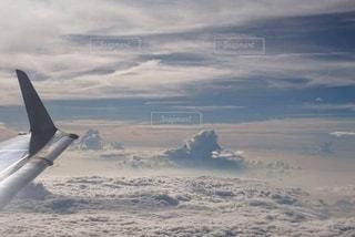 空を飛ぶ飛行機の写真・画像素材[2464456]