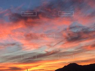 日没時の空に雲の群しの写真・画像素材[2414704]