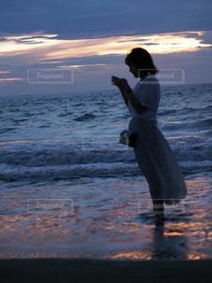 水域の隣に立っている人の写真・画像素材[2404924]