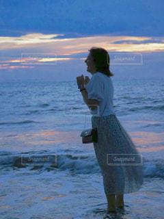 水域の隣に立っている男の写真・画像素材[2404986]