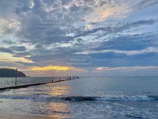 夕焼けと雲と海の写真・画像素材[2411626]