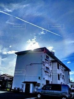 一陣の飛行機雲の写真・画像素材[2424646]