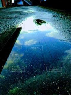雨上がりの地上に空の写真・画像素材[2426845]