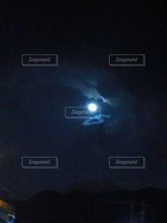 雲が隠れににし夜はの月の写真・画像素材[2439506]