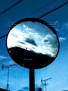 カーブミラーに写る空の写真・画像素材[2462358]