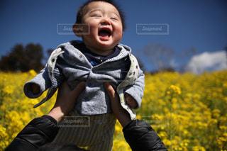 小さな子供がカメラで笑っての写真・画像素材[1374162]