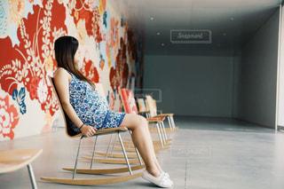 椅子に座っている人の写真・画像素材[2262236]