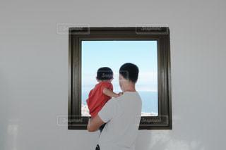 窓の向こうにの写真・画像素材[2367803]