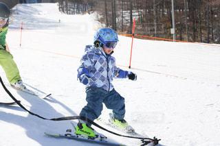 小さな男の子が雪の中でスキーをしているの写真・画像素材[2946463]
