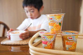 子ども,食べ物,フルーツ,おやつ,人物,人,幼児,少年,楽しい時間,フルーツカップ