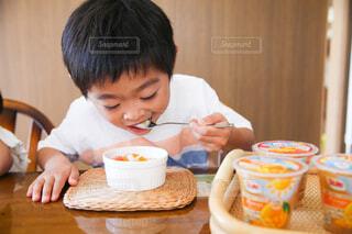 子ども,食べ物,フルーツ,おやつ,人物,人,幼児,少年,楽しい時間,受け皿,フルーツカップ