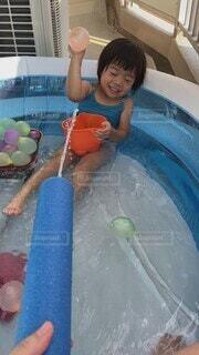 夏,プール,ベランダ,女の子,家,楽しい,嬉しい,遊び,水遊び,水風船,水鉄砲