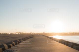 風景,海,空,夕日,屋外,太陽,ビーチ,砂浜,夕焼け,堤防,水面,海岸,景色,オレンジ,レトロ,夕陽,フィルム,夕やけ,雰囲気,ゆうやけ,フィルム写真,優空,フィルムフォト
