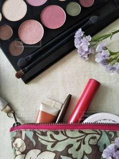 花,ピンク,赤,かわいい,メイク,テーブルフォト,美容,ポーチ,コスメ,化粧品,置き画,アイシャドウ,メイクパレット