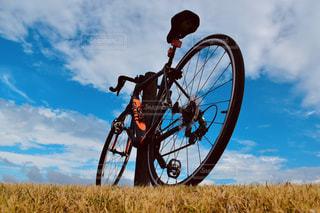 空に向かう自転車の写真・画像素材[2412565]