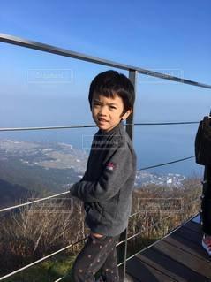 山頂に着いた少年の写真・画像素材[2414161]