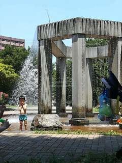 水に打たれる子どもの写真・画像素材[2414165]