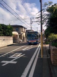 道路を走行している旅客バスの写真・画像素材[2414173]