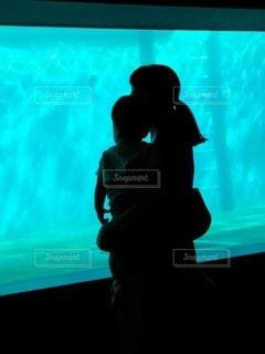おばあちゃんと水族館の写真・画像素材[2435631]