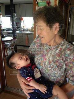 曾祖母の抱っこの写真・画像素材[2435636]