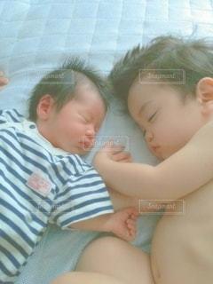 大好きな弟に添い寝する小さなお兄ちゃんの写真・画像素材[2439328]